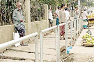 SCC sets up railings to save footpaths